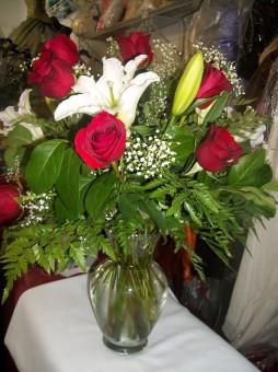 #5 Dozena de rosas rojas y lilies / Dozen of red roses and lilies in a vase