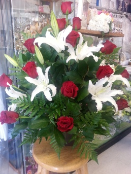 #2 16 rosas rojas y lilies / 16 red roses and white lilies in a vase
